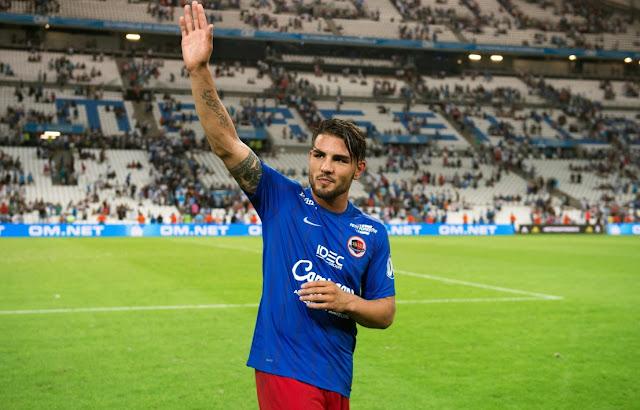 Andy Delort saluant les supporters à Marseille lors de OM-Caen