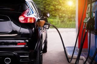 El consumo de combustibles de automoción en febrero tocó su máximo en este mes en una década