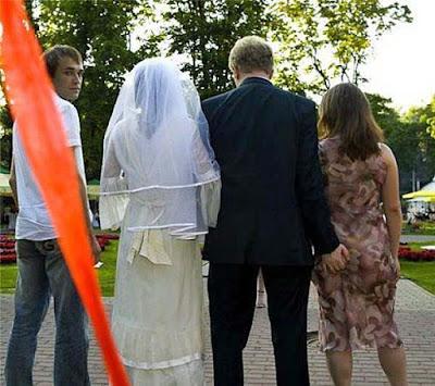 Witzige Bilder Hochzeitsfeier - Bräutigam fässt Brautjungerfer an