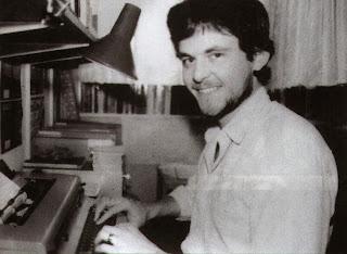 Joe Dever, ante su máquina de escribir en 1986