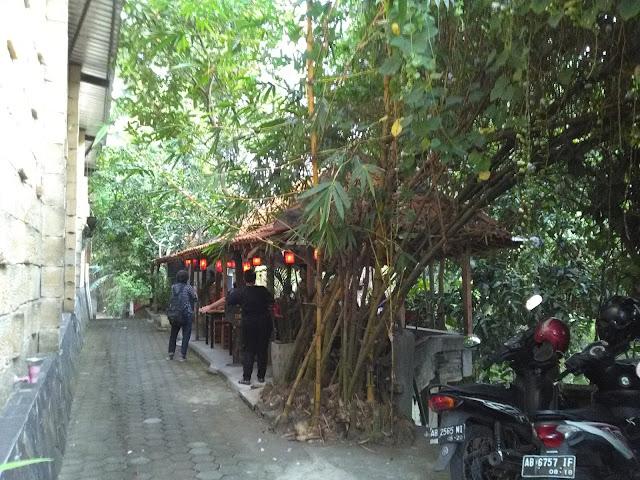 Kedai Nyah Tan Li disamping Timboel Gallery Kasongan