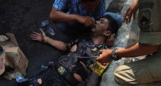 Terimakasih Yah Dik, Kamu Sudah Berbaik Hati Memberikan Minum Kepada Bapak Polisi Yang Dibakar Oleh Oknum Mahasiswa