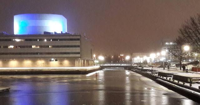 Oulun teatteri on massiivinen rakennus veden äärellä