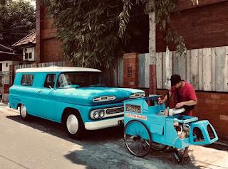 Mobil Antik Dan Gerobak Cilok