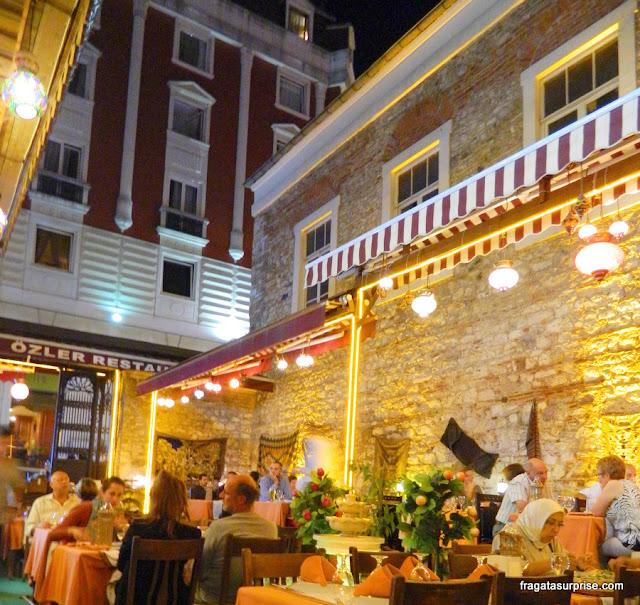 Restaurante ao ar livre no bairro de Sultanahmet, em Istambul