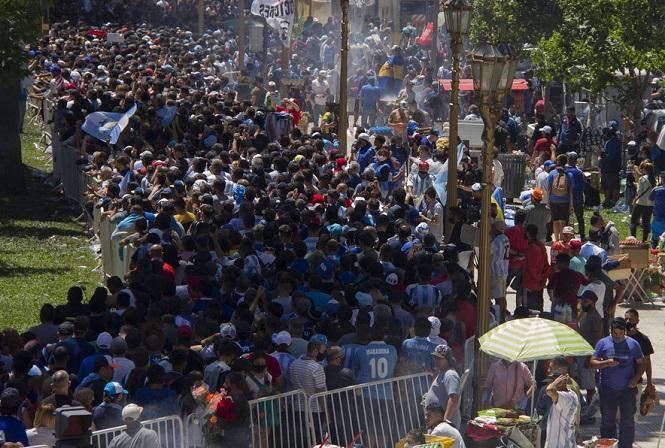 Advierten que la aglomeración del velorio de Maradona traerá un aumento de casos