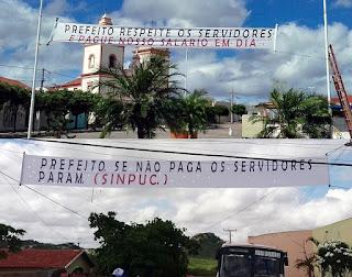 Servidores tem faixa de protesto por salários atrasados retirada em Pedra Lavrada