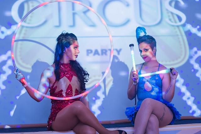 Dançarinas led de Humor e Circo em evento corporativo no Rio.