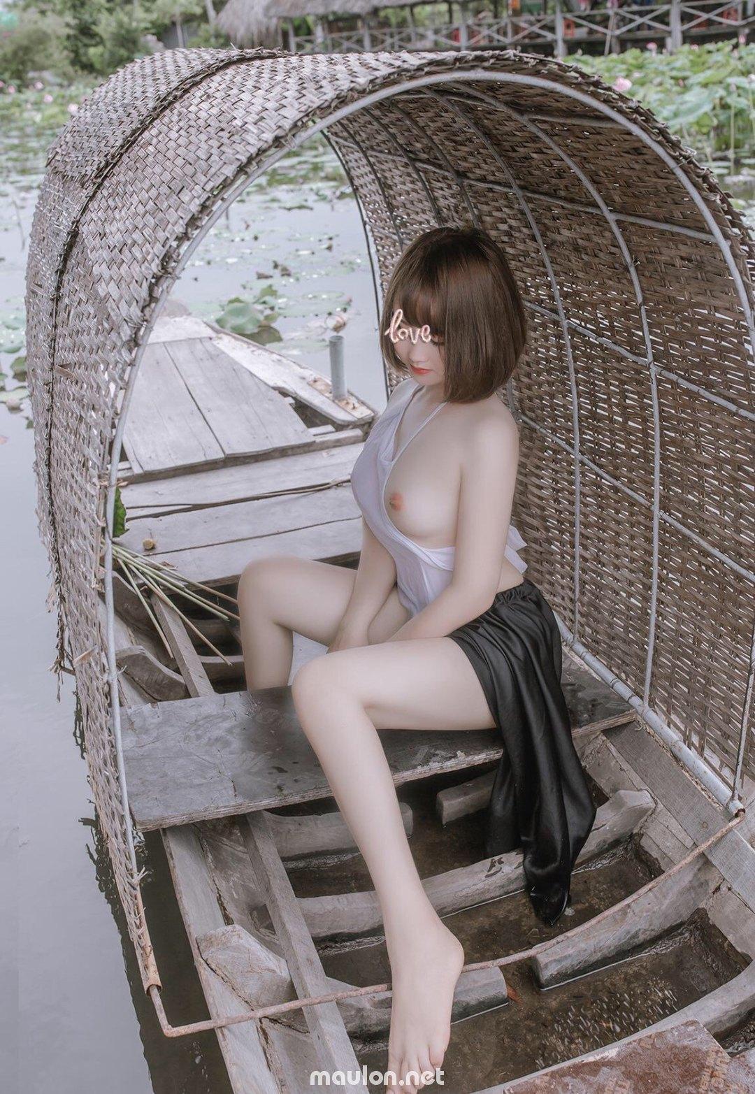 MauLon.Net - Ảnh sex Thiếu nữ bên đầm sen