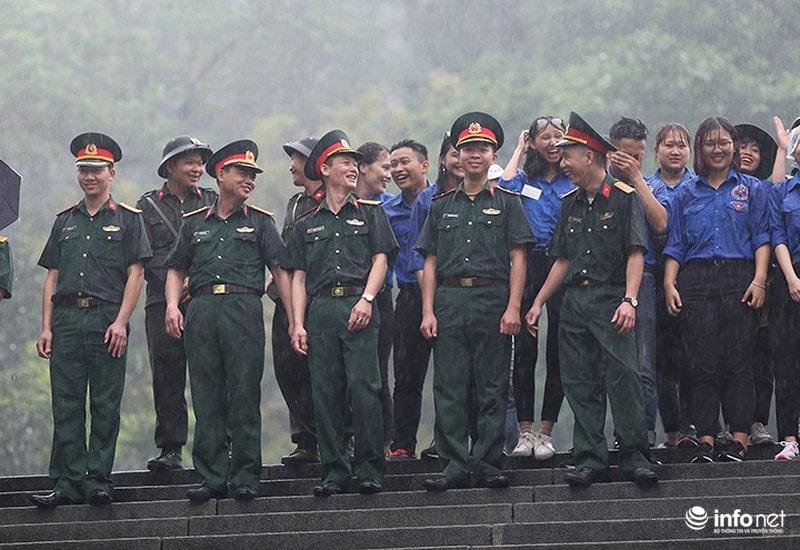 Chùm ảnh lực lượng tình nguyện đội mưa làm hàng rào tại Đền Hùng - Ảnh 11