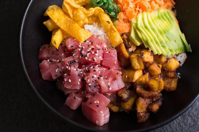 comida japonesa con influencia hawaiana