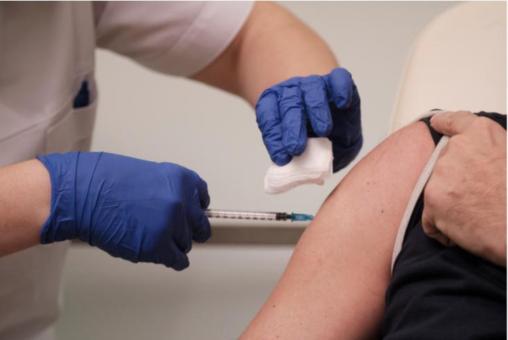 Ποιά ηλικιακή ομάδα ξεχωρίζει στην εμβολιαστική κάλυψη ;