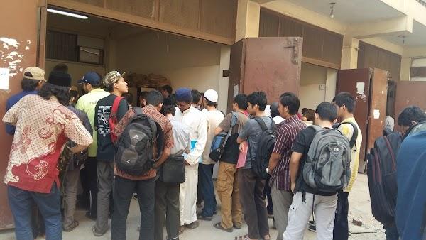 Hari Pertama Masuk Kuliah, Mahasiswa Syari'ah Urus Ijro'at dan Beli Muqarrar Baru