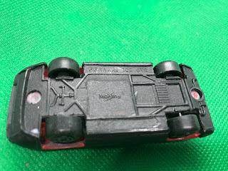 フェラーリ 308GTB のおんぼろミニカーを底面から撮影