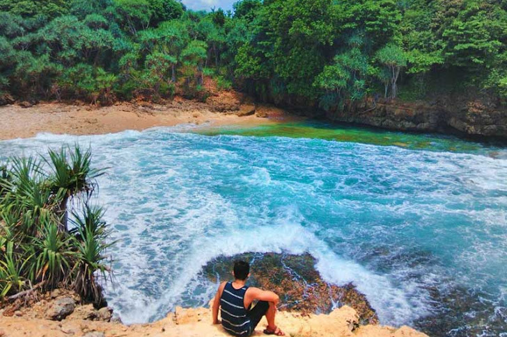 Pantai Jonggring Saloko Malang - Fasilitas, Harga Tiket Masuk, Rute