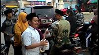 Siswa SDIT Muhammadiyah Pegandon bagi-bagi takjil