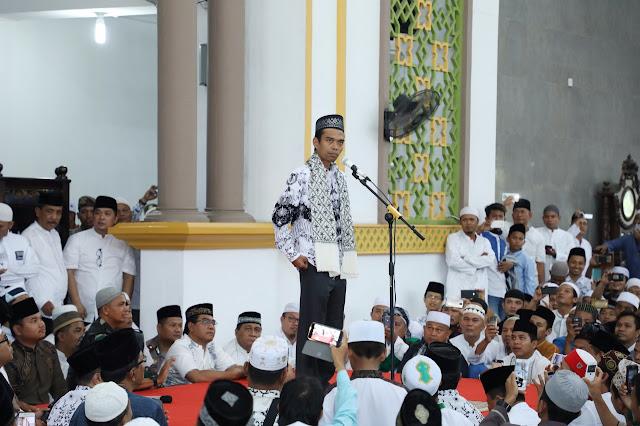 Ustad Abdul Somad ceramah di Masjid Agung Asahan.