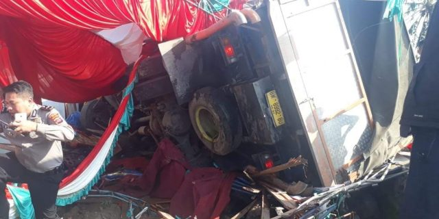 Truk Pengangkut Semen Libas Tenda Baralek di Talang, Solok