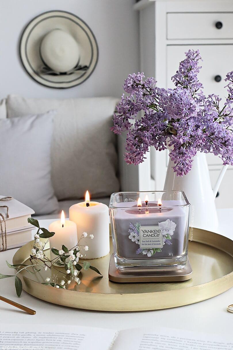 świeca yankee candle sea salt & lavender na słotej tacy na białym stole