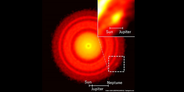 ALMA image of the protoplanetary disk around the young star TW Hydrae. A small clump of dust was found in the southwestern (bottom right) part of the otherwise highly symmetric disk.