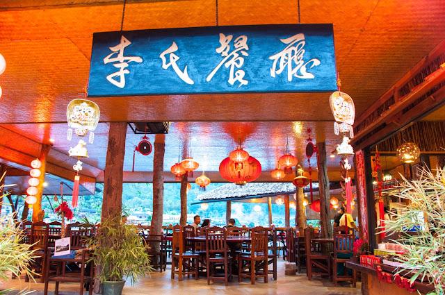 """Họ đến để ăn món Tàu và uống trà ôlong rất ngon ở vùng này. Bên cạnh đó, cách trang trí nhà cửa, resort cũng mang hơi hướng Trung Hoa, nên nhiều du khách đến đây lần đầu thường gọi nó là """"Phượng Hoàng Cổ Trấn"""" xứ chùa Vàng do vị trí nằm cạnh sông và dọc theo triền núi, đẹp chẳng thua kém gì phiên bản gốc bên Trung Quốc đâu nhé!"""