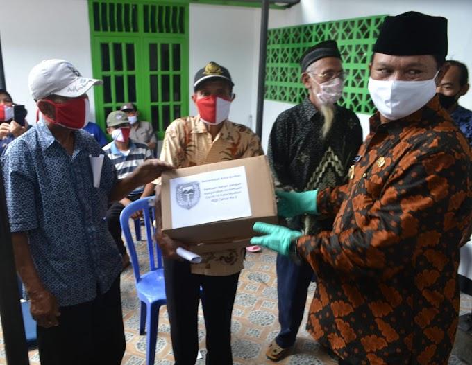 Bantu Warga Terdampak Covid-19, Walikota Madiun Bagikan Sembako Di Kelurahan Demangan