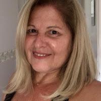 Mulher loira, de meia idade, cabelos tamanho médio, sorrindo