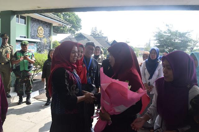 Ketua Tim Penggerak PKK Kota Bandung Kunjungi Yonzipur 9 Kostrad