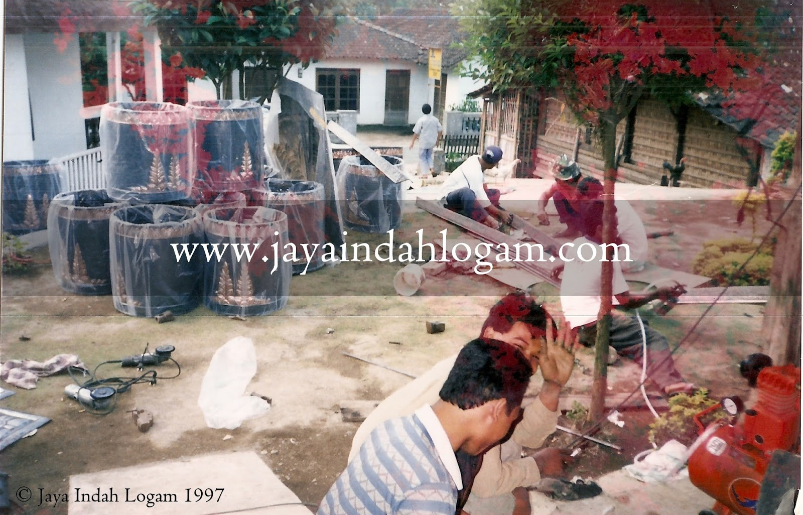Foto proses pengerjaan pembuatan produk kerajinan ukir logam tembaga dan kuningan oleh Jaya Indah Logam Art Gallery
