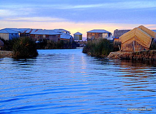 Casas de chapa de metal nas ilhas flutuantes dos Uros