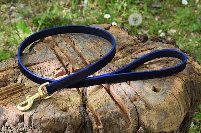 Guinzaglio in cuoio blu per Dobermann lungo un metro con moschettone in ottone massiccio