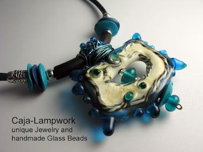 Detail-Aufnahme: Kette mit grosser tuerkis-elfenbeinfarbener Glasperle