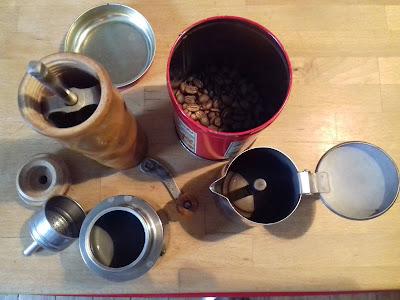 Kaffebohnen, -mühle und -kocher
