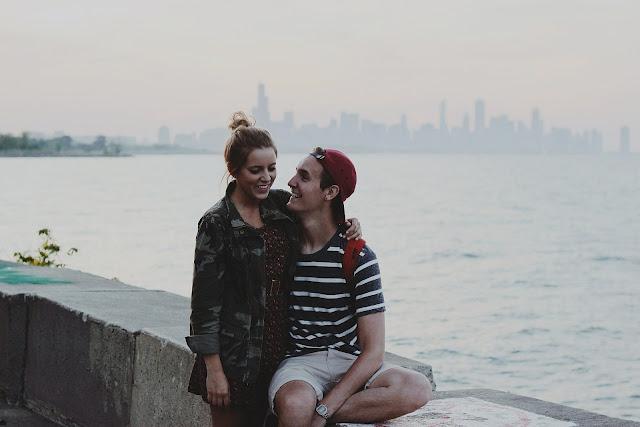 https://pixabay.com/pt/photos/casal-sorrindo-feliz-mulher-homem-597174/