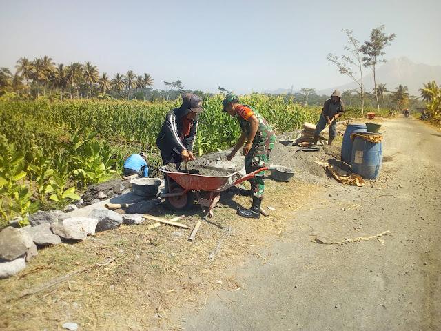 Babinsa Bersama Warga Goyong Royong Membuat Talud