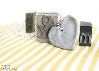 Corazón con huella digital con arcilla o fimo