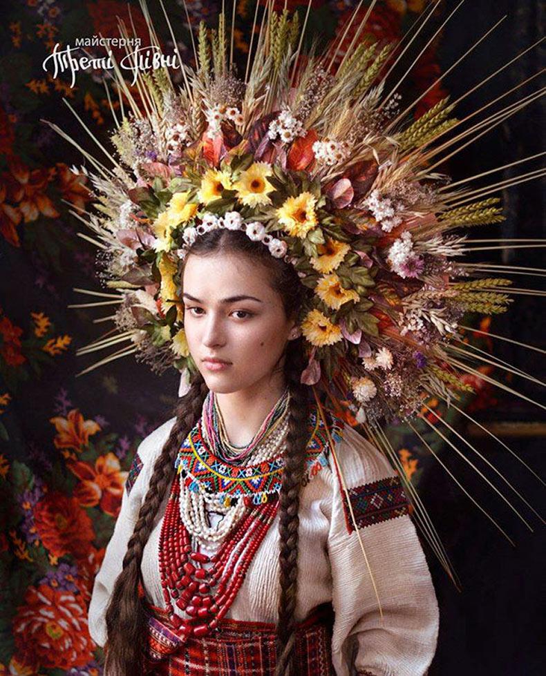 Mujeres ucranianas traen de vuelta sus tradicionales coronas florales para mostrar orgullo nacional