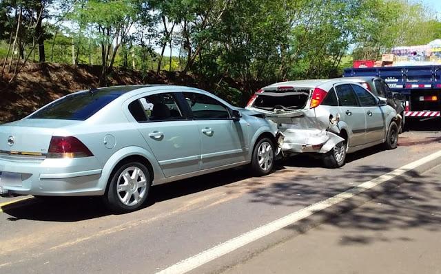 Engavetamento com quatro veículos deixa três pessoas feridas na SP-294, em Junqueirópolis
