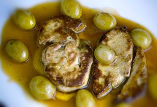 Escalope de foie caliente sobre salsa de moscatel con uvas