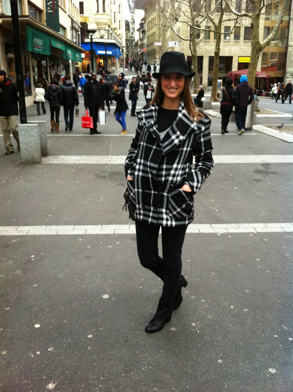 Mango, abrigo a cuadros en blanco y negro, sombrero y guantes de piel, street look