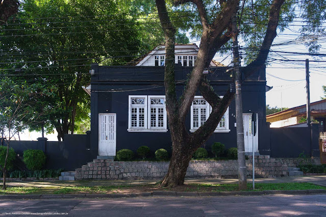 Casa de madeira com fachada em alvenaria na Rua Fernando Amaro