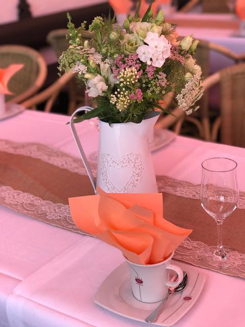 Vintage Kaffeetafeln mit ZInkkannen, London meets Garmisch-Partenkirchen, Sommerhochzeit im Vintage-Look in Bayern mit internationalen Hochzeitsgästen, Riessersee Hotel, Hochzeitsplanerin Uschi Glas