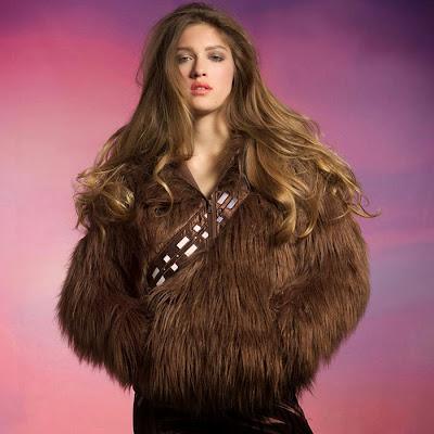 Bonita modelo vistiendo Un suter o sudadera con capucha al estilo Star wars.