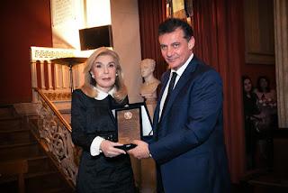 Η κα Βαρδινογιάννη βραβεύεται από τον Πρύτανη κο Δημόπουλο
