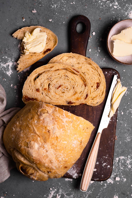 Chleb na drożdżach z semoliną i suszonymi pomidorami