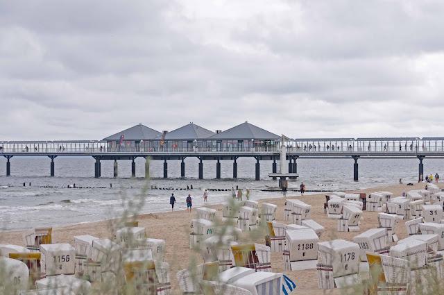 widok na molo w Heringsdorfie z plaży, wiklinowe kosze, plaża