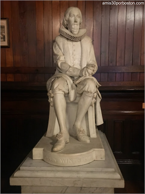 Escultura de John Winthrop en el Annenberg Hall, Universidad de Harvard