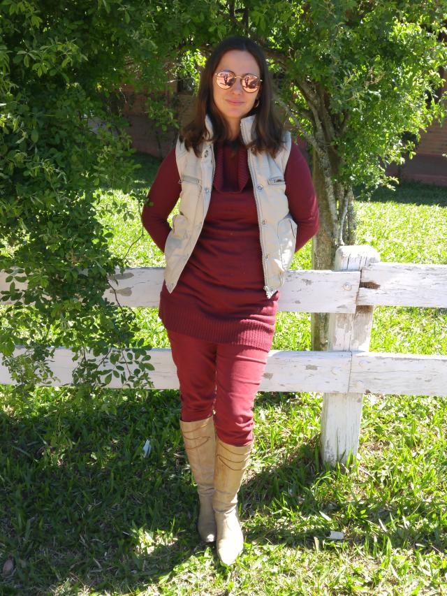 Skinny vinho, blusão de lã vinho, colete e bota de cano longo de salto