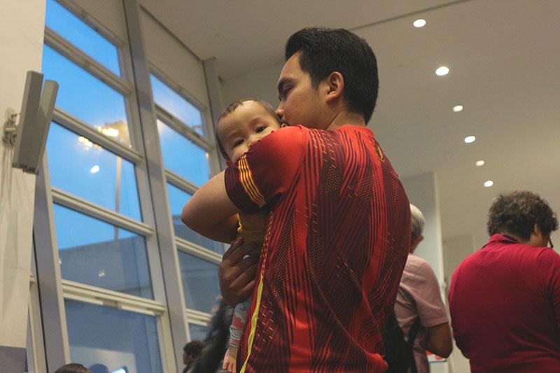 Dengan Aali tunggu flight ke Kota Kinabalu Sabah