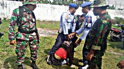Ratusan Warga Histeris saat TNI AU Pukuli Seorang Pemuda